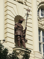 """Statue of a halberdier guard (or musketeer) on the facade of the former Officers' Casino (in Hungarian """"Tiszti Kaszinó"""") - Budapešť, Maďarsko"""