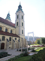 The so-called medieval garden beside the Inner City Parish Church (and the Elisabeth Bridge is in the distance) - Budapešť, Maďarsko