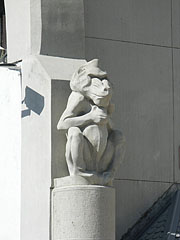 Stone sculpture of a mandrill at the ticket offices - Budapešť, Maďarsko
