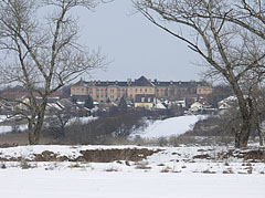 The surroundings of the Szilas Stream in winter, with the Szerb Antal High School in the distance - Budapešť, Maďarsko