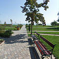 Beach and park in one, with inviting resting benches - Balatonfüred, Maďarsko