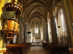 The pulpit and the columns in the nave - Budapešť, Maďarsko