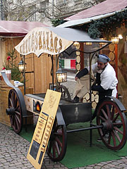 "Chimney cake (in Hungarian ""kürtőskalács"") maker in the Christmas fair - Budapešť, Maďarsko"