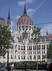 "The Hungarian Parliament Building (""Országház""), viewed from the exit of the metro (which is in the the MTESZ building) - Budapešť, Maďarsko"