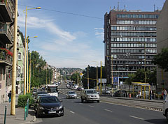 Alkotás út (or Alkotás Road; on the right the so-called Intransmas office building can be seen) - Budapešť, Maďarsko