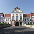 The main facade of the baroque Grassalkovich Palace (or Gödöllő Palace) - Gödöllő, Maďarsko