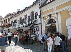 The narrow streets are always crowdy, especially in summertime - Szentendre, Maďarsko