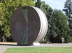 "The Time Wheel (""Időkerék"") is a giant hour glass which was created for the Europen Uniun accession of Hungary - Budapeste, Hungria"