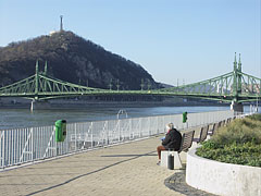 Calming view from the Ferencváros Danube bank (the river, the Liberty Bridge and the Gellért Hill) - Budapest, Hungría