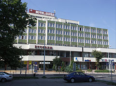 The Hotel Árpád as seen from the parking lot - Tatabánya, Hungría