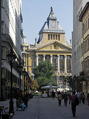 The Anker Palace viewed from the Fashion Street shopping street - Budapest, Hongrie