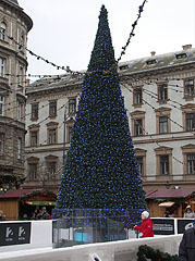 Simply decorated, puritan Christmas tree - Budapest, Hongrie