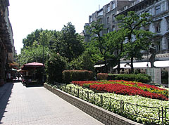 The Franz Liszt Square from the Andrássy Avenue, and on the right: the statue of Endre Ady Hungarian poet - Budapest, Hongrie