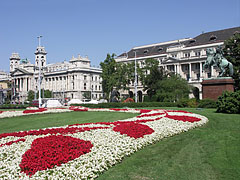 Flower carpet and green grass on the Kossuth Lajos Square - Budapest, Hongrie