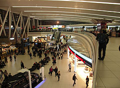 """The """"Sky Court"""" waiting hall of the Terminal 2A / 2B of Budapest Liszt Ferenc Airport, with restaurants and duty-free shops - Budapest, Hongrie"""