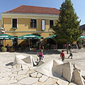 In 2001 the Jókai Square was renovated, it became a pedestrian zone and got a nice cleaved limestone cladding - Pécs, Hongrie