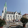 Cool fountain with oleanders in the center of the main square, and the Roman Catholic Episcopal Church - Kaposvár, Unkari