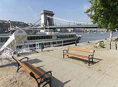 """Excursion boat station on the eastern abutment of the Széchenyi Chain Bridge (""""Lánchíd"""") - Budapeszt, Węgry"""