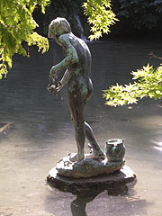 """Statue of the """"Crab fishing boy"""" or """"Rákászfiú"""" in the Japanese Garden (""""Japánkert"""") - Budapeszt, Węgry"""