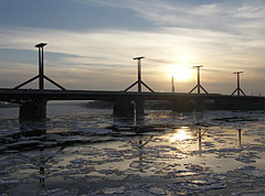 "The Lágymányosi Bridge (""Lánymányosi-híd"", later Rákóczi Bridge) over the icy Danube River at sunset - Будапеща, Унгария"