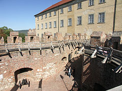"""Barbican, a fortified gateway with the walkway inside and on the top of the walls (in other words allure, wall-walk or """"chemin de ronde"""") - Siklós, Унгария"""