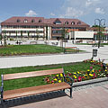 The renewed and completely changed main square (in the near the park, farther the Town Hall can be seen) - Gödöllő (Гёдёллё), Венгрия