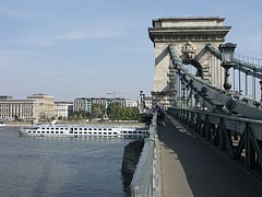"""The view of Széchenyi Chain Bridge (in Hungarian """"Széchenyi Lánchíd"""") over River Danube (looking towards Pest) - Budapest, Ungarn"""