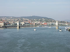 """The Széchenyi Chain Bridge (""""Lánchíd"""") over the wide Danube River, as seen from the Elisabeth Bridge - Budapest, Ungarn"""