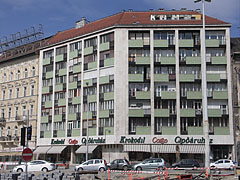 Multi-story residental building with the Krokodil Corso shoe store on its ground floor - Budapest, Ungarn