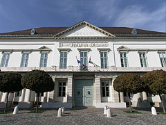 """The neoclassical style Sándor Palace (or """"Alexander Palace"""", in Hungarian """"Sándor-palota""""), residence and office seat of the President of Hungary - Budapest, Ungarn"""