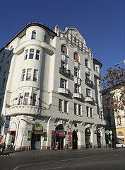 """Stateful five-story Art Nouveau (secession) style residental building, with among others the """"Fagyöngy"""" Pharmacy downstairs - Budapest, Ungarn"""