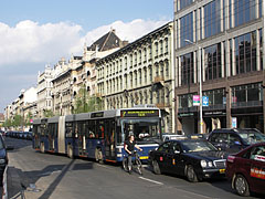 Traffic on the Rákóczi Road, in front of the East-West Business Center and the late-19th-century Hotel Pannónia - Budapest, Ungarn
