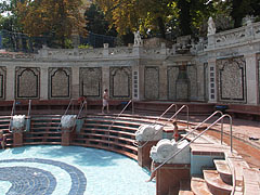 Aesthetically pleasing retaining wall around the outdoor wave pool - Budapest, Ungarn
