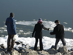 A frosty walk by the Danube River at lunchtime - Budapest, Ungarn