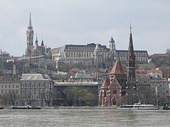The Danube bank in Buda and the Szilágyi Dezső Square Reformed Church, as well as the Matthias Church, the Fisherman's Bastion and the Hotel Hilton on the castle hill - Budapest, Ungarn