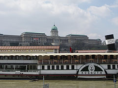 """The """"Kossuth"""" museum and restaurant boat, including the """"Vénhajó"""" Restaurant, the background of the photo is filled with the huge Royal Palace in the Buda Castle - Budapest, Ungarn"""