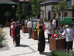 Photoshooting after the graduation ceremony in the courtyard of the university - Budapest, Ungarn