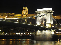 """The Széchenyi Chain Bridge (""""Lánchíd"""") with the Buda Castle Palace by night - Budapest, Ungarn"""