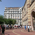 Visitors are waiting to enter in front of the synagogue - Budapest, Ungarn