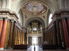 The nave of the Basilica, looking towards the main entrance and the church organ - Eger (Erlau), Ungarn