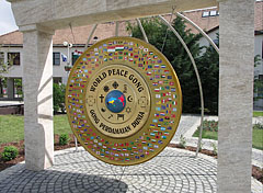 World Peace Gong in front of the Town Hall - Gödöllő (Getterle), Ungarn