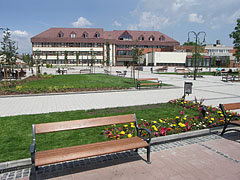The renewed and completely changed main square (in the near the park, farther the Town Hall can be seen) - Gödöllő (Getterle), Ungarn