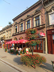 The so-called Horváth House, on the ground floor of this two-story building there's a café and a jewellery - Miskolc, Ungarn