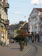 """Main street of Miskolc, to the right it is the so-called Insurance Palace (in Hungarian """"Biztosító palota""""), the three-story building of the former First Hungarian General Insurance Company - Miskolc, Ungarn"""