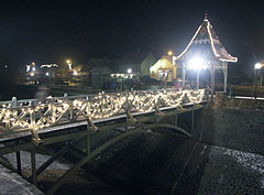 Mood lighting in the main square just before Christmas - Mogyoród, Ungarn