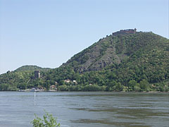 The Upper Castle and the Solomon Tower in Visegrád, on the other side of the Danube, viewed from Nagymaros - Nagymaros (Freistadt), Ungarn