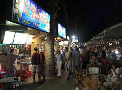 The restaurant tables are sold-out also in the evening, the life takes place on the Petőfi Promenade - Siófok, Ungarn