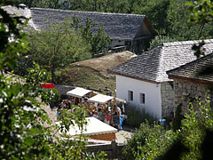Street fair stands at the household of the hoers from Mád, viewed from the vineyard's hillside - Szentendre (Sankt Andrä), Ungarn