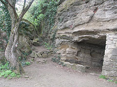 Monk Dwellings, namely hollowed out artificial caverns in the 20 to 30 meter high vertical basalt tuff rock wall of the Óvár Hill in Tihany - Tihany, Ungarn