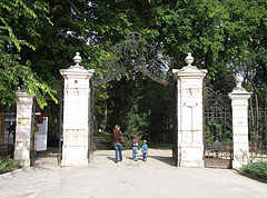 The gate of the park of the Andrássy Mansion - Tóalmás, Ungarn